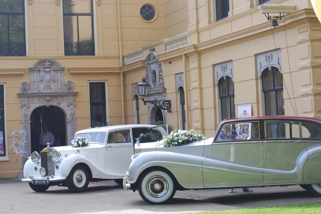 Stylowy samochód ślubny